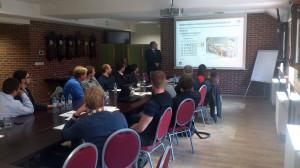 Účastníci konference při sledování příspěvku Martina Ježka o inspekci paliva.